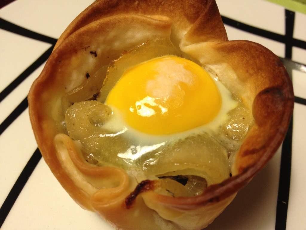 Tartaletas de morcilla, cebolla caramelizada y huevo de codorniz