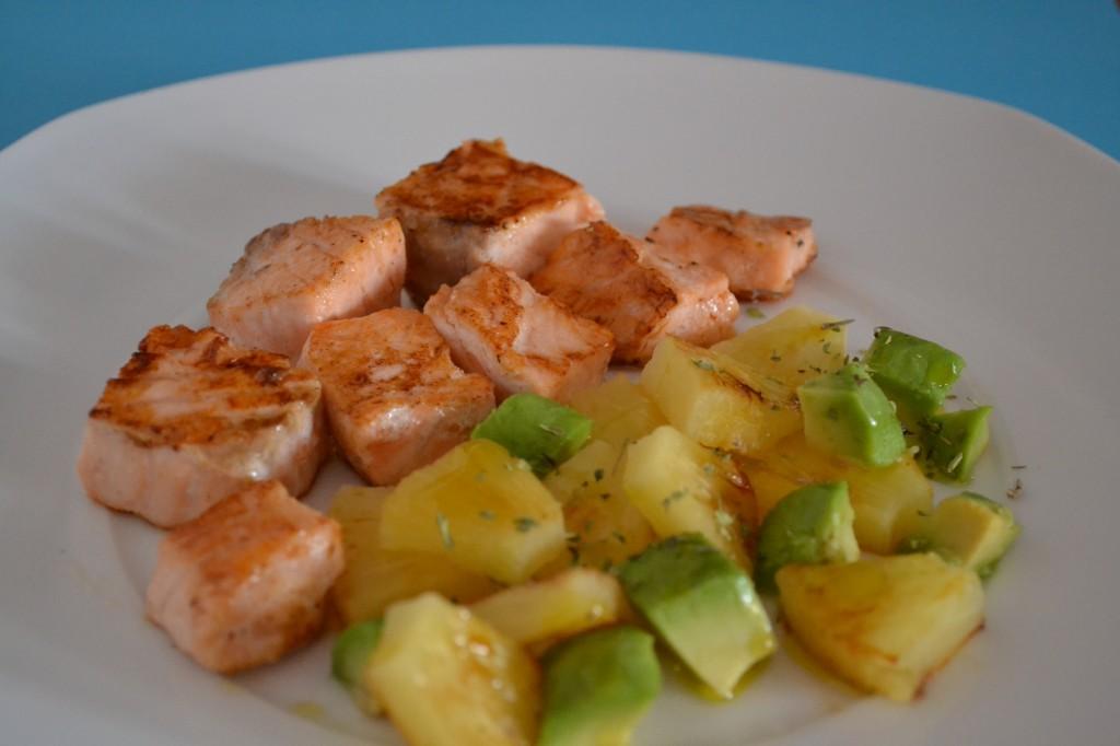 Tacos de salmón con ensalada de piña y aguacate