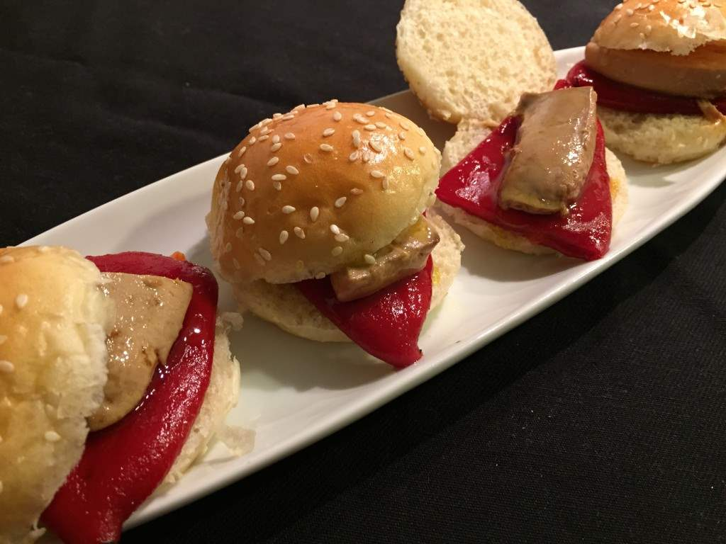 Mini-hamburguesas de foie con pimientos caramelizados